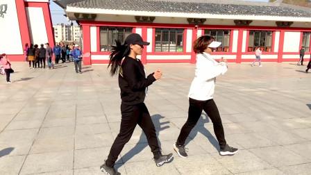 俩美女公园演跳鬼步舞《谁》时尚动感,好听又好看