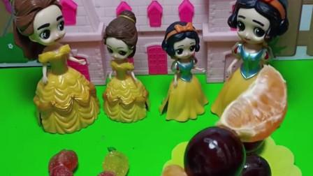 贝尔给小贝尔买了糖葫芦,白雪妈妈说小孩子吃糖不好,她就给小雪儿做了水果糖葫芦你喜欢谁的呀?