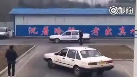 驾校教练也不敢这么开车吧