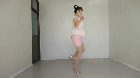最新版广场舞《油菜花儿开》舞姿新颖好看,给人耳目一新的感觉