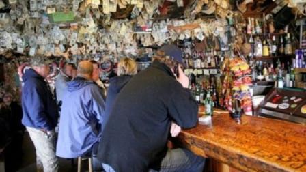 世上最土豪的酒吧,墙上全都贴满美金,顾客想用随便拿!