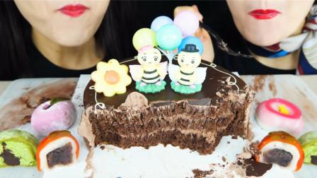 韩国双胞胎吃特色巧克力蛋糕,搭配各种口味麻薯,吃得干干净净!