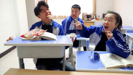 同学们上课吃饼干,没想学渣的旺旺雪饼竟获得老师认可!真逗!