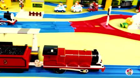 遥控电动火车, 红色蓝色火车客车车厢煤炭车厢,到站台啦,蓝色轨道轨道,高层轨道,儿童玩具亲子互动