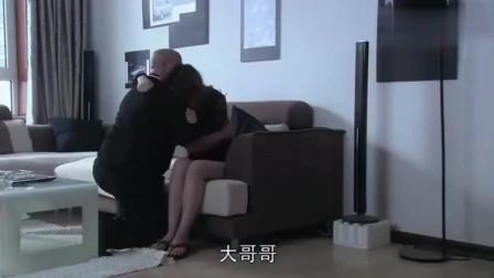 老男人正在安慰嫂子,关键时候,小伙闯进来老男人气不打一处来