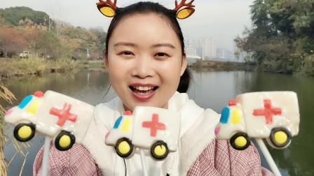 """小姐姐吃趣味零食""""救护车棒棒糖"""",白色车身红十字,奶香超甜蜜"""