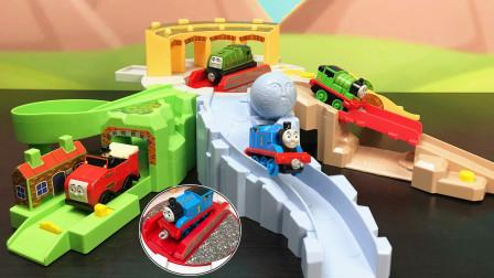 托马斯和朋友玩具小火车在操车场玩随机滑道