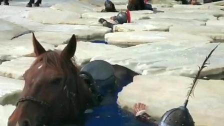 拍摄冰河的戏,人和马都泡在冰冷的水里
