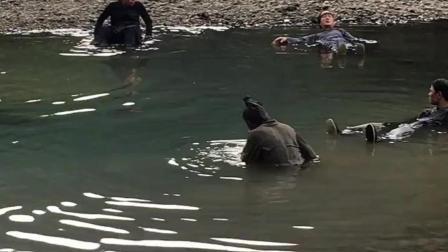 群众演员躺在水里演死人,如果让你演,你会演吗?