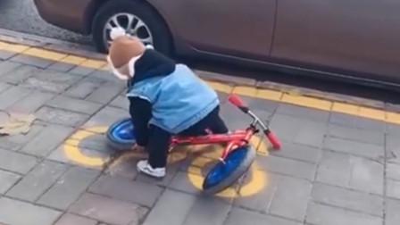 """3岁萌娃认真""""按图停车"""",一旁母亲要笑翻了,网友:看着都着急"""