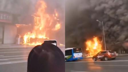 突发!重庆江北临街一小吃店起火 现场浓烟滚滚