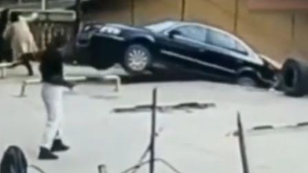 男司机错把油门当刹车,倒车坠入7米多深沟,围观群众吓到跌倒!