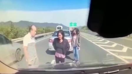 高速上一家五口下车查看车祸,要不是监控,谁会知道死神来的这么快