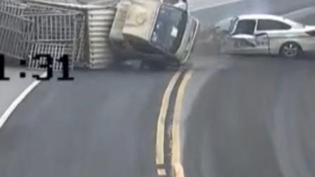 教练车越线行驶撞翻货车 致两人受伤两车受损