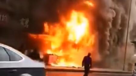 闹市临街店铺突发大火 现场火势凶猛黑烟滚滚
