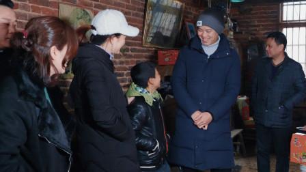 欢子农村创业不忘本,春节送6车物资和红包,看望贫困孩子和老人