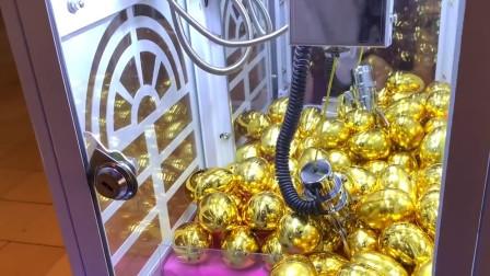 """外国小伙挑战""""金蛋""""娃娃机,打开之后发现是美元,这下赚大了"""