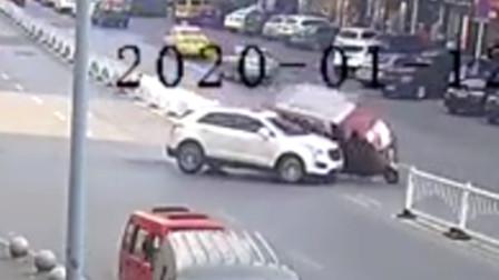 小车掉头时未注意观察 将后方三轮车撞翻