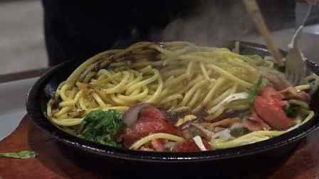 高校食堂带学生DIY铁板美食,自己拌的吃起来更香!