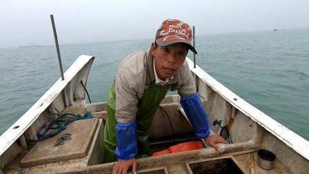 阿雄捕鱼找到宝地,带老婆出海收获满满,回家路上被客户拦下购买