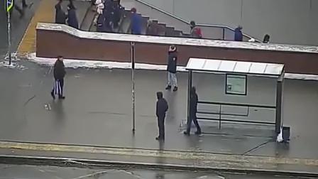 地下道口人来人往, 忽然一辆公交车冲过来, 监控拍下惨烈一刻
