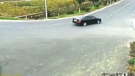 """女司机正在左拐下一秒发生""""灵异事件"""",监控拍下全过程"""