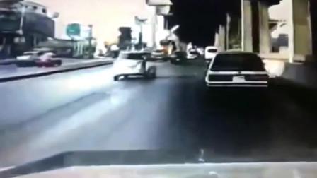 女司机疯狂超车,报应说来就来了,监控拍下这解气一幕