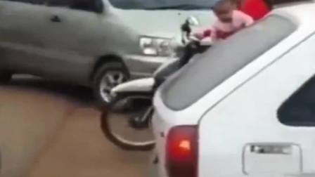 这是我见过最牛的摩托女司机, 敢这样带孩子,旁人看到都害怕