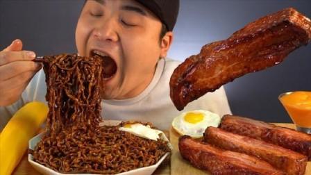 韩国大胃王胖哥,吃大块的五花肉,配上炸酱面,看看这吃法,过瘾