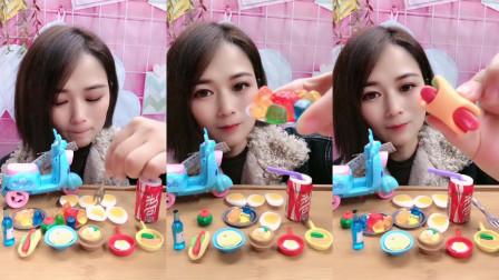 美女试吃小可乐和QQ糖还有小热狗糖,各种口味任选,都是小朋友们喜欢吃的小零食!
