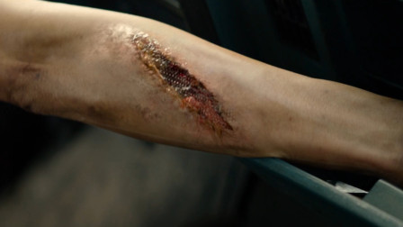 女孩身体被改造后,皮肤下面都是金属,战斗力堪比机器人