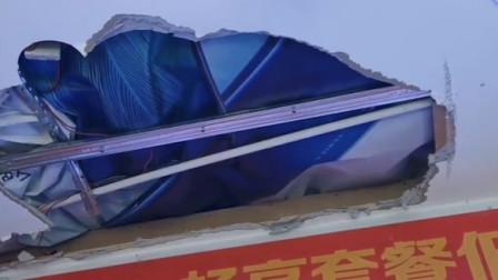 男子砸破天花板盗窃手机店被拘 没钱过年起贪恋!