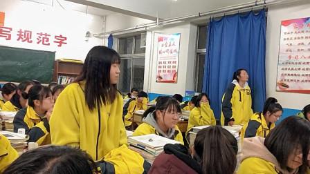 高中女生教室清唱《没有什么不同》,神仙嗓音惊艳全班,网友:校服成亮点