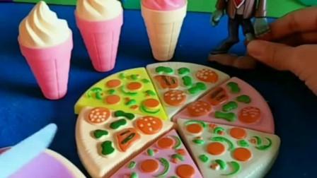 路障僵尸发现了好多零食,还有好吃的披萨,小朋友们喜欢吃披萨吗?