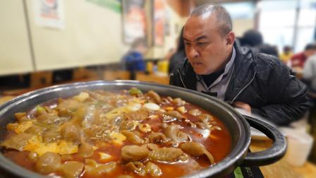 传说北京第一的铁锅肥肠?老汤金黄肥肠软糯入味,配上啤酒绝了!