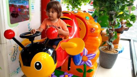 越看越好玩,小正太发现一辆神奇摇摇车?萌宝益智欢乐玩具故事