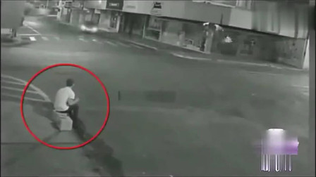 小伙的神反应救了自己一命,监控拍下这让人彻底傻眼的画面