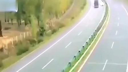 小轿车胆真大竟敢和大客车路怒,结果悲剧了,监控拍下全过程!