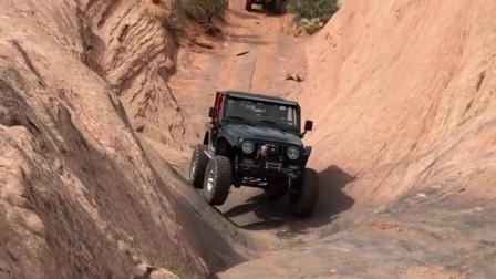 越野车在巨大的岩石上行进,这么玩,真的是非常的有感觉啊!