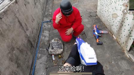 真人版吃鸡:躲角落阴敌人,威胁敌人把队友骗过来杀,千里送头?