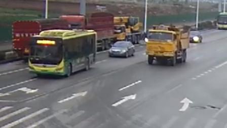 货车逆向行驶酿事故 怼上小车将其推行数米