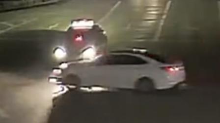 两车十字路口互不相让 致两车受损一名驾驶员受伤