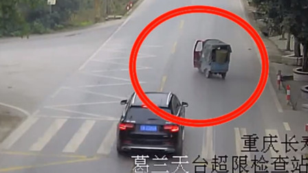 三轮车路口突然左转 小车刹车不及将其撞翻
