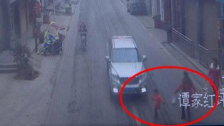 家长刚松开手! 3岁孩童冲向马路被小车撞倒