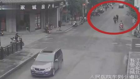 男子边跑边喊抓小偷,邻居加路人8人组队街头抓贼,小偷在女厕所被擒住
