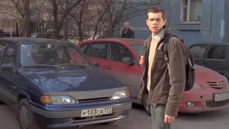 小伙生日当天,父亲送他一辆汽车,兴奋冲出去看后却大失所望