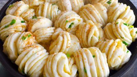 早餐别吃包子了,教你简单做葱香生煎花卷,一面蒸一面煎,超好吃