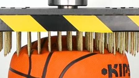 老外拿液压机夹篮球,机器启动之后,篮球能坚持几秒?