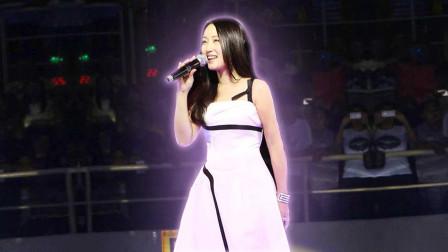 杨钰莹永城演出视频,一身白裙泛着梦幻光彩,恍若天使在人间