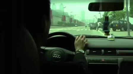 少妇和小伙开心的拉着手过马路,而丈夫的车就停在马路旁边